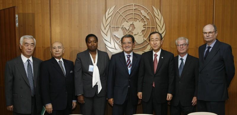 Con Ban Ki Moon ed i membri del AU-UN panel: James Dobbins (United States), Jean-Pierre Halbwachs (Mauritius), Monica Juma (Kenya), Toshi Niwa (Japan), Behrooz Sadry (Iran).
