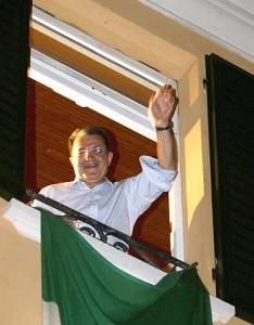 Romano Prodi alla finestra di casa