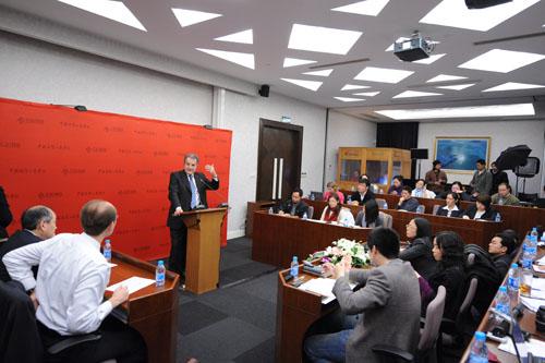 Romano Prodi durante una lezione al CEIBS