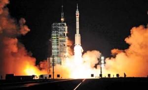 Il lancio di un Shenzhou con tre astronauti a bordo