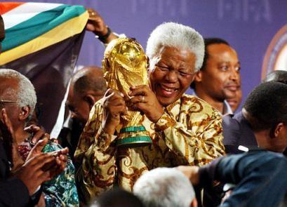 Nelson Mandela con la Coppa del Mondo FIFA dopo la decisione di tenere l'edizione 2010 in Sud Africa