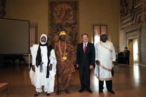 Romano Prodi con, da sinistra, il sultano Bajan Ag Mahatou, dal Mali; Tchiffi Zie Jean Gervais, sovrano della tribù Grou della Costa D'Avorio; e Mwenda Bantu Munongo, re della tribù dei Bayke, dal Congo