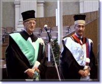 Giovanni Bersani riceve la laurea Honoris Causa dalle mani del Rettore dell'Università di Bologna, Fabio Roversi Monaco