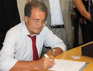 Romano Prodi il 30 Agosto 2011 a Bologna mentre firma il modulo per il referendum