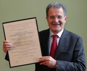 Der neue MLU-Ehrendoktor Romano Prodi mit seiner Urkunde. Foto: Martin-Luther-Universität Halle-Wittenberg, Maike Glöckner