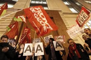 Proteste sotto la sede parigina di S.&P.