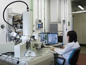 Laboratorio di microscopia elettronica presso il centro ricerche Eni di Novara